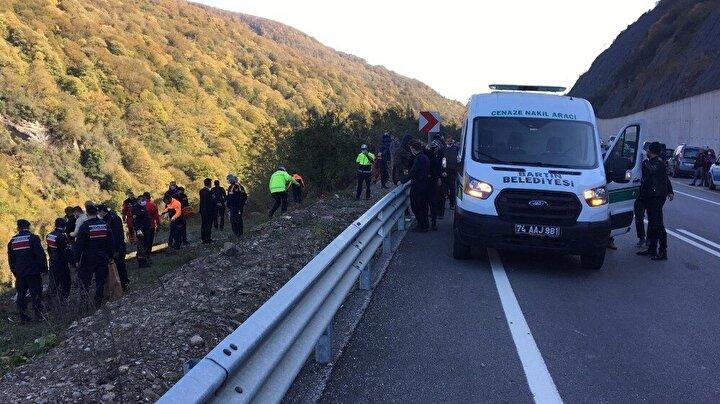 Yolun kenarında araç parçalarını bulan ekipler barajda arama çalışmaları yaparak otomobilin yerini tespit etti.