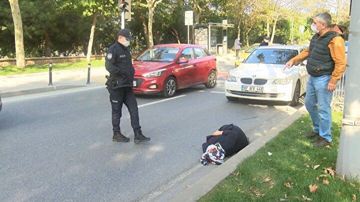 Kazayı görerek olay yerine koşan esnaf İbrahim Çakmak, Yerde yarım saat ambulans bekledi. Kan kaybediyordu. Biz de yardımcı olmak istedik. Daha sonra ambulans geldi. Ambulansla hastaneye gidiyor. Teyze yolun karşısına geçmeye çalışıyordu. Galiba kırmızı ışıkta  hamle yaptı. Araba vurdu dedi. Kadına çarpan sürücü ifadesi alınmak üzere polis merkezine götürüldü. Kaza nedeniyle caddede bir süre trafik yoğunluğu oluştu. Yaralının hastaneye kaldırılmasıyla trafik normale döndü.