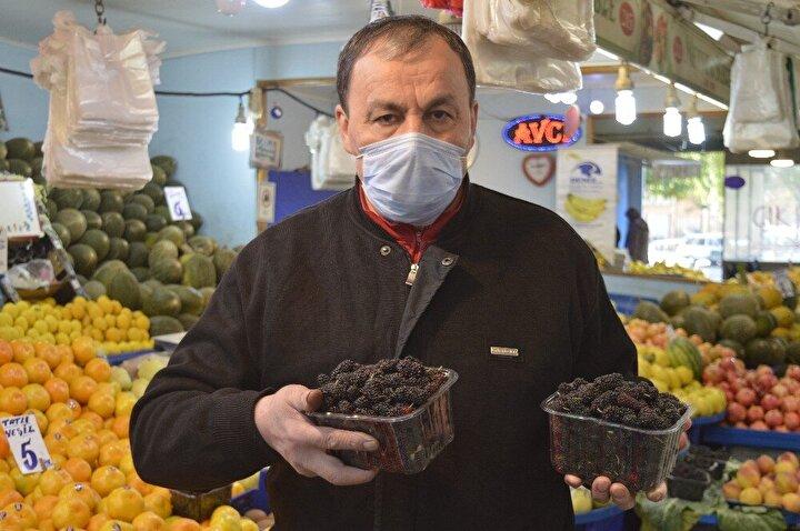 Kan veya kanser hastalıklarına faydası olduğu düşünülen karadut, yine tezgahlarına döndü. Normal mevsiminde kilosu 10-15 liraya kadar yükselen karadut, kış ayları için özel yetiştirildiğinden dolayı kilosu 50 liraya satılıyor.