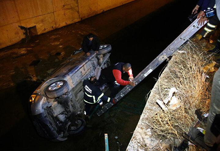 Bariyerleri deviren araç, atık su kanalına uçtu.