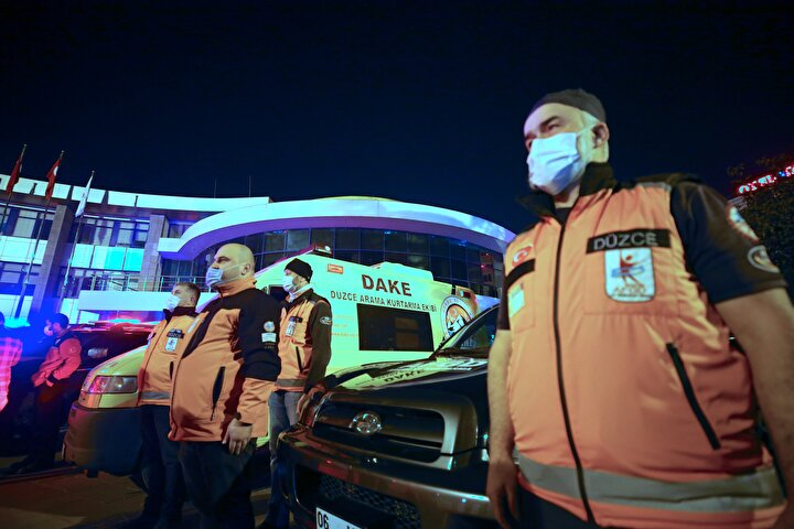 Düzce Belediyesi, AFAD ve Kızılay iş birliğinde depremin 21. yılı dolayısıyla itfaiye, AFAD, UMKE, Kızılay, Düzce Arama Kurtarma Derneği (DAKE), Ulusal Keşif Arama Kurtarma Araştırma Derneği (UKSAR) ve sivil toplum kuruluşu ekipleri araçlarıyla Cedidiye Meydanında toplandı.