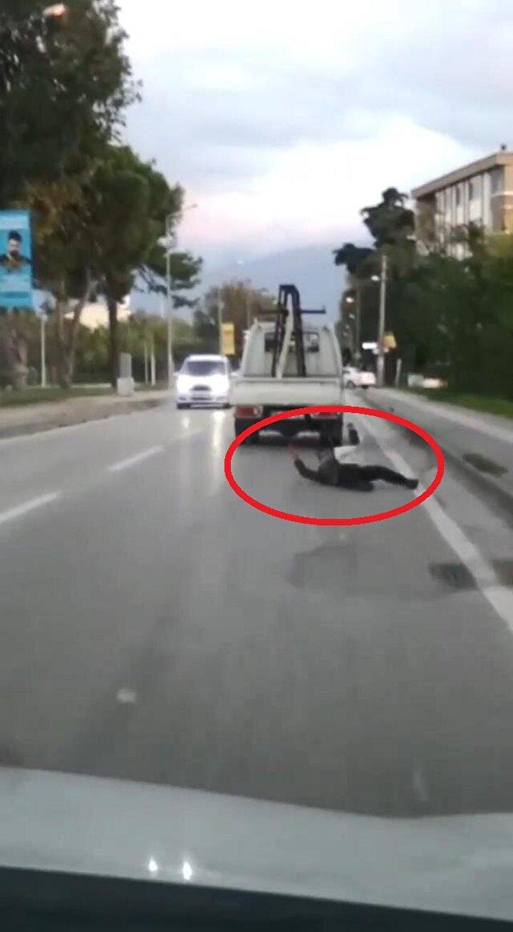 Geçen salı günü Osmangazi ilçesine bağlı Hürriyet Mahallesi Yakın Çevre Yolu'nda kaydedilen görüntüde, bir çocuk trafikte ilerleyen kamyonetin kasasına tutunuyor.