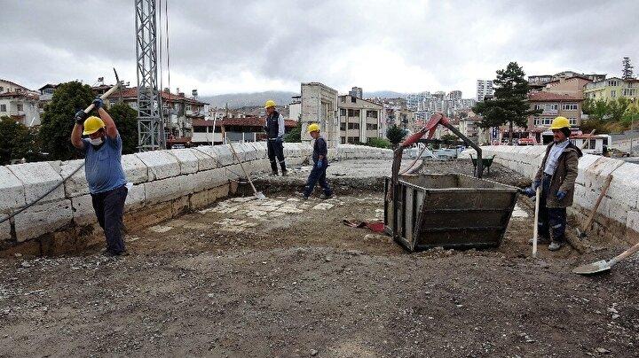 Yapılan çalışmaları yerinde inceleyen Tokat Belediye Başkanı Eyüp Eroğlu, Yeşilırmak nehri üzerindeki 770 yaşındaki köprünün inci gibi ortaya çıkmaya başladığını söyledi.