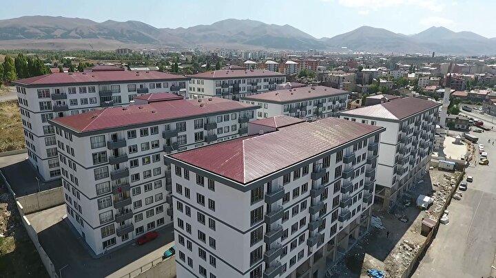 Yeni konutlara rağmen Erzurumda sorunun hala devam ettiğini ifade eden Sekmen, TOKİnin Emin Kulbunda 350, Dağ Mahallesinde 300, Sanayi Mahallesinde 450 konutun inşasına başlandığını bildirdi. Bunların sağlıksız evlerde oturan vatandaşlara verilmek üzere TOKİ tarafından depo konut olarak yaptırıldığını kaydeden Başkan Sekmen, belediye olarak ise Gölbaşında 200, Dağ Mahallesinde 150, Sanayide 250, Edip Somunoğlunda 250 konut inşa edeceklerini belirtti. Sekmen, Amacımız süratle ömrünü tamamlamış sağlıksız yapıları yıkarak yerlerine izolasyonu, yalıtımı yapılmış, otoparkı olan güzel binalar yapmak. Daha yıkacağımız çok yer var. Önümüzdeki yıl içerisinde kalenin karşısındaki sağlıksız binalar var. Onların yıkımı, Yoncalık, Çırçır da var. Buralarda çevreyi düzenliyoruz. Şükrüpaşada bu tip konutlar var. Orta mumcu dediğimiz alanda kısmen var. Şehrin başka yenlerinde yıkılıp yapılması gereken binalar var. Hızlı bir şekilde konut yapımına devam edeceğiz. 3,5 yıl içerisinde önemli bir aşama kaydederek şehrin önemli bir kısmını yenilemiş olacağız. Özel müteahhitlere de çağrı yapıyorum. Bizim yaptığımız yerlerden onların da istifade ederek bu konutları dönüştürelim diye konuştu.