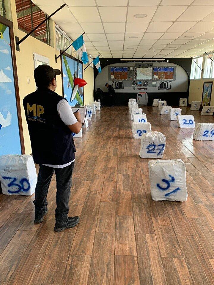 Guatemala ordusu, 14 milyon dolar değerindeki bir tonluk kokain taşıyan özel jete operasyon düzenledi. Güvenlik güçleri, hava sahasını yasadışı geçmeye teşebbüs eden özel jeti inmeye zorladı.