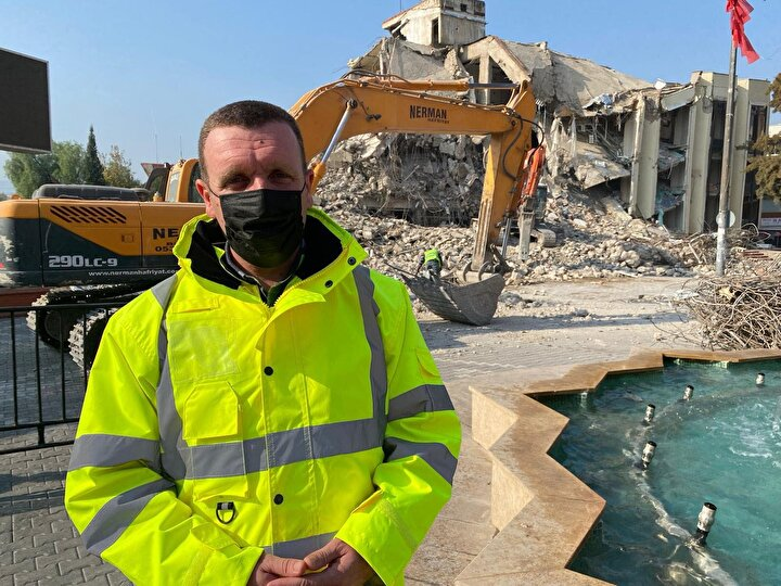 """Yakupoğlu, """"Semt pazarının da kurulduğu bir bölge olduğu için perşembe gününe kadar yıkımı tamamlamayı planlıyoruz. İçerisinde 16 işletme vardı. Binanın yapımına 1986 yılında başlanmış ve 1990 yılında bitirilmiş. Bir dönem vergi dairesini de içinde bulunduran, bodrumu ile birlikte 5 katlı bir binaydı. Belediye binasının yıkım çalışması tamamlandıktan sonra burası meydan olacak. Yeni binanın yapımına şubat ayında başlanacak ve kentin farklı bir noktasına inşa edilecek. Bir yıl içerisinde tamamlamayı planlıyoruz"""" diye konuştu."""