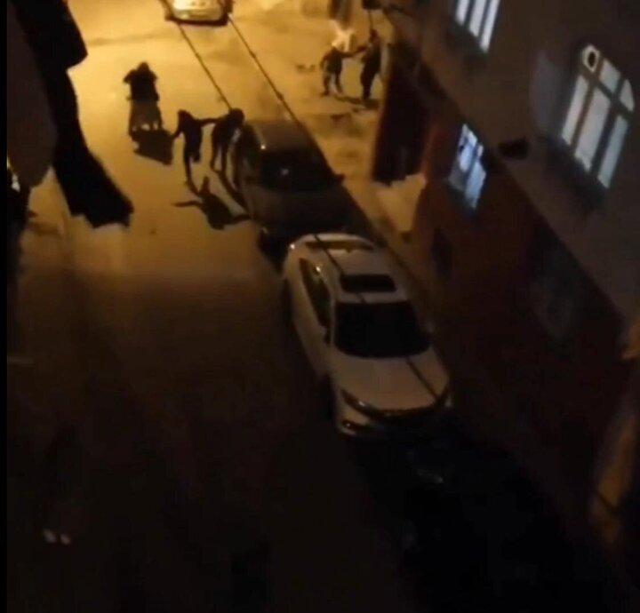 Olay, pazartesi günü akşam saatlerinde Fatih Mahallesinde meydana geldi. İddiaya göre, mahalle sakinleri ile torbacı olarak tabir edilen sokakta uyuşturucu satışı yaptıkları iddia edilen kişiler arasında önce tartışma, ardından kavga çıktı. Kavgada silah ve bıçak kullanıldı. Açılan ateş sonucu 10 yaşındaki çocuk, isabet eden kurşunla omzundan yaralanırken, babası ise bacağından bıçaklandı.