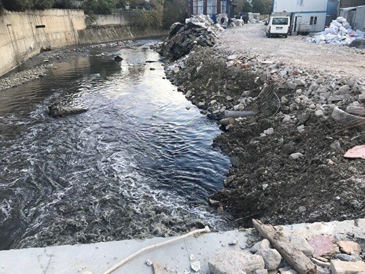 Kanallardan bırakılan siyah renkteki suyun karıştığı Ayamama Deresinin kötü kokusu da bölgeyi kaplamış durumda.