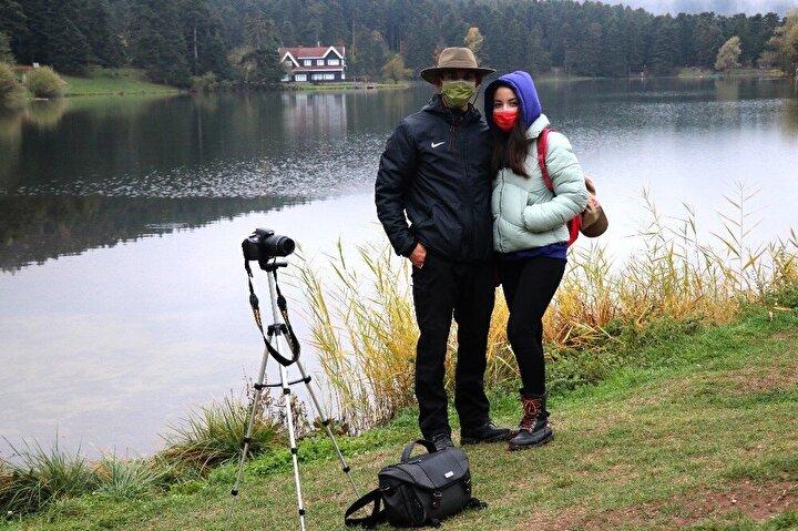"""Gölcük Tabiat Parkına arkadaşıyla birlikte ilk kez gelen ve fotoğraf tutkunu olduğunu belirten Abdullah Bayram, """"Buraya gezmek için geldik. Güzel fotoğraflar çekiyoruz. Fotoğraf tutkunlarını ve bizim gibi aşıkları bekliyoruz. Özellikle bu aylarda, sonbaharda güzel, rengarenk dedi."""