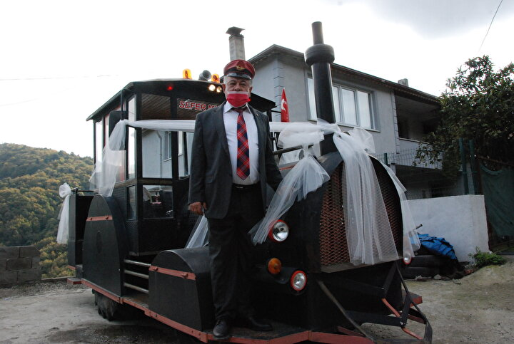 Bahri ve Selda Özalp çifti, isteklerinin kabul edilmesiyle lokomotif görünümlü traktörü gelin arabası gibi süsledi.