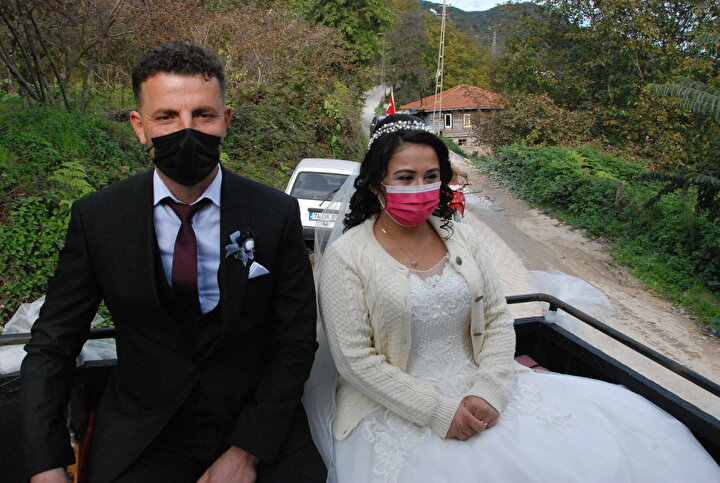 Görenlerin şaşkınlık yaşadığı traktörün arka koltuklarına oturan Özalp çifti, köy meydanında yapılan nikah alanına kadar köylüleri selamlayarak gitti.