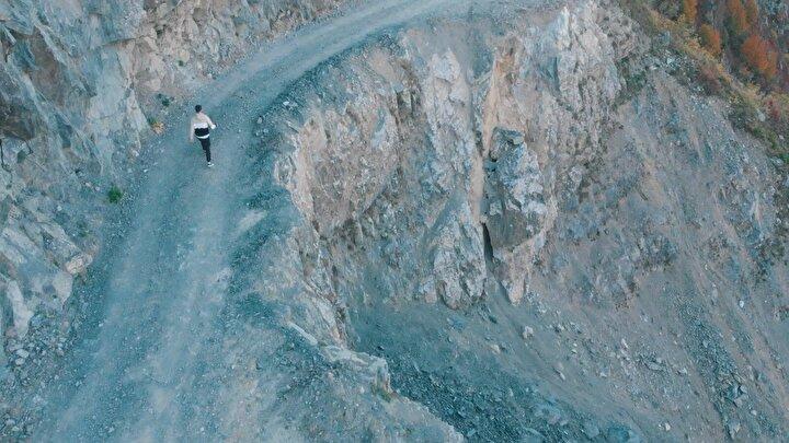 Yoldan geçerken korktuklarını belirten Murat Ateş, Dünyanın en tehlikeli yolunu görmek istedik. Çok fazla keskin viraj var. Yoldan geçerken ürperdik hatta aşağıya doğru bakınca ödümüz patladı. Acemi sürücüler, sakın bu yoldan geçmesin diye konuştu.