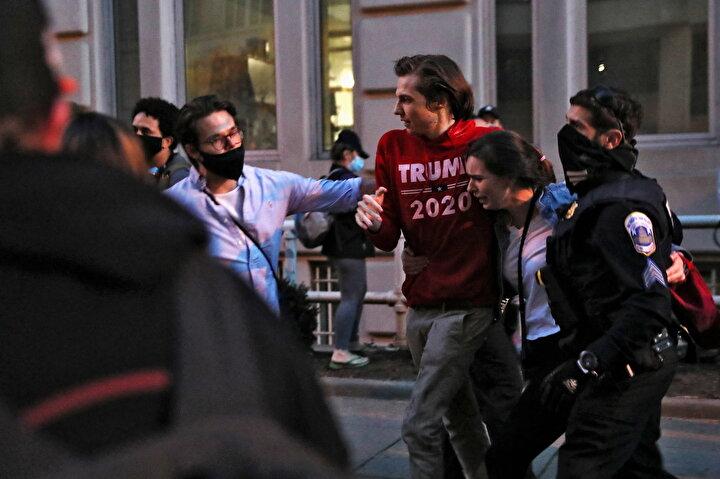 Başkent polisi olaylara hızlıca müdahale ederek grupları ayırırken en az 10 kişinin gözaltına alındığı bildirildi.
