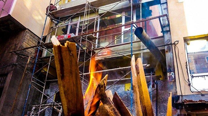 İşçiler yakılan ateşte çay demlediler. Demlenen çayı yudumlayan işçiler, soğukta bir nebze de olsa ısınarak yorgunluklarını atmaya çalışıyor.