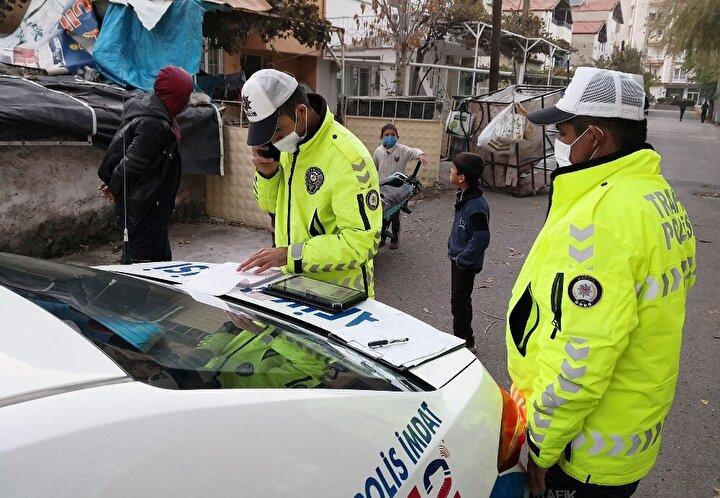 Motosiklet ve şahıs üzerinde detaylı inceleme ve sorgulama yapan trafik polisleri, şahsa idari para cezası kesti.