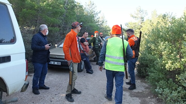 """Altıeylül Avcılık ve Atıcılık Spor Kulübü Başkanı Halit Çoban da şunları söyledi:""""15 kişilik ekiple geldik. Burada domuzlar rahatsızlık veriyordu. Kalabalık sürüyü bulamadık. Ama 6 domuz öldürüldü. Avı da kazasız belasız bitirdik."""""""
