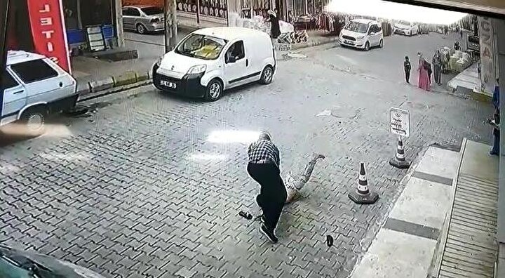 Bu duruma sinirlenen Mahmut A., sokak ortasında çocuğu tekme tokat dövdü. İş yerinin güvenlik kamerasına yansıyan görüntülere göre, Mahmut A., dövdüğü çocuğu daha sonra kaldırıp, yere çarptı.