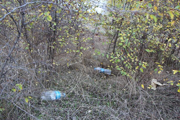 'Mağaralara girmek, gezmek tehlikeli ve yasaktır' yazılı uyarılara aldırış etmeyen kimi vatandaşlar da bölgeye gelişigüzel, plastik su şişeleri, tıbbi maskeler, kağıt parçaları atıp kirliliğe neden oluyor.