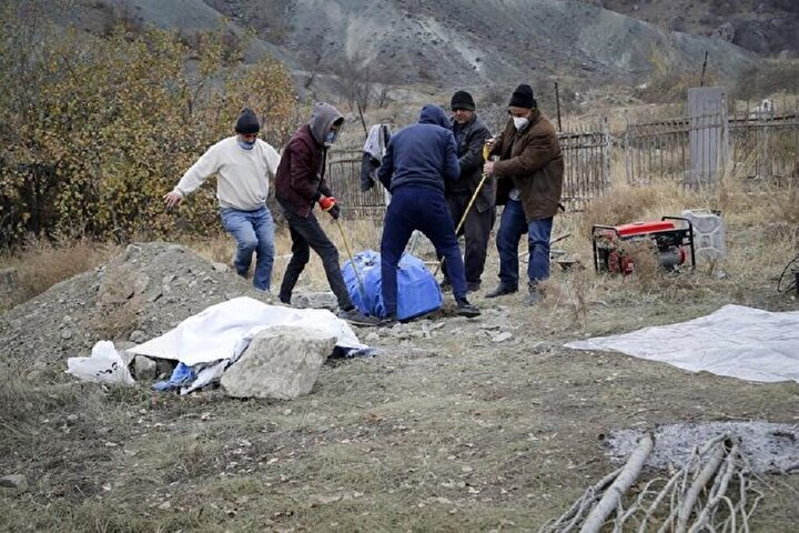 Kelbeçeri terk eden Ermeniler ölen akrabalarının cesetlerini de yanlarında götürdü