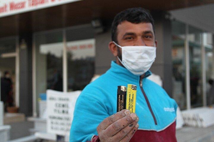 Çakmaklara Maske takmadığınız için teşekkür ederiz ve Sigara içtiğiniz için teşekkür ederiz yazan ve müşterilerine hediye eden Alaattin Yılmaz, dükkanına maske takmadan gelenlerin maske takarak gittiğini söylüyor.