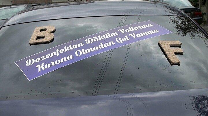 Yüzleri güldüren pankart ile korona virüs salgınına da dikkat çekilirken, gelin Beyza Karacan ise, yazının kendisine de sürpriz olduğunu ifade etti.