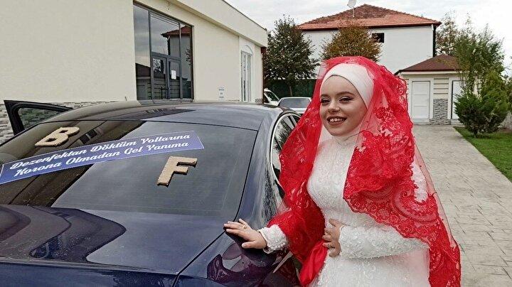 """Gelin arabasını süsleten damat Ömer Faruk Karacan, aracın üzerine; """"Dezenfektan döktüm yollarına korana olmadan gel yanıma"""" yazısı yazarak gelini almaya gitti."""