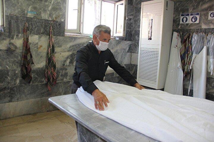 Gassallık, belki de yapmayı hiç düşünmediğimiz, çok zor bir meslek. Her gün ölü bedenlere dokunmak, onları yıkayıp, temizleyip ebediyete uğurlamak oldukça ağır bir iş. Ancak, bu mesleği yapan gassallar, kendi tercihleriyle işlerini severek yapıyorlar. Mersin Büyükşehir Belediyesine bağlı Cenaze Hizmetleri ve Mezarlıklar Şube Müdürlüğünde çalışan 3'ü kadın, 3'ü aynı zamanda imam olan 8 gassal da yılda yüzlerce cenaze yıkamanın sevabının yanında insani değerlerini geliştirdiği için de mesleklerinden çok memnun.