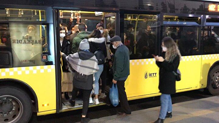 Koronavirüs vakalarının yeniden artmasına rağmen bazı duraklar ve metrobüs içerisinde sosyal mesafe kuralının hiçe sayıldığı görüldü.
