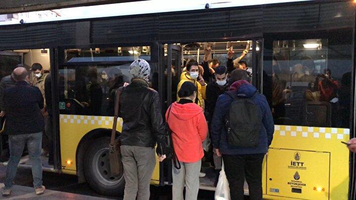 İstanbulda akşam saatlerinde işten çıkıp evlerine gitmek isteyen vatandaşların metrobüslerde yoğunluk oluşturduğu görüldü.