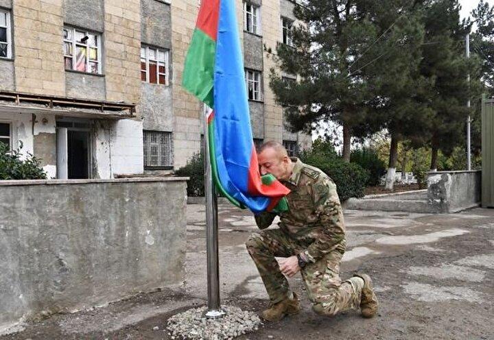 Azerbaycan Cumhurbaşkanının, Karabağda Azerbaycan bayrağını öperek göndere çekmesi sosyal medyada büyük beğeni topladı.