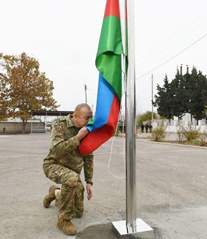 AZERBAYCAN BAYRAĞINI GÖNDERE ÇEKTİ Öte yandan, sosyal medya medyada beğeniyle paylaşılan bir diğer görüntüde de, Azerbaycan Cumhurbaşkanı İlham Aliyev, işgalden kurtarılan şehirlerden birinde Azerbaycan bayrağını öperek, bayrağı göndere çekti.