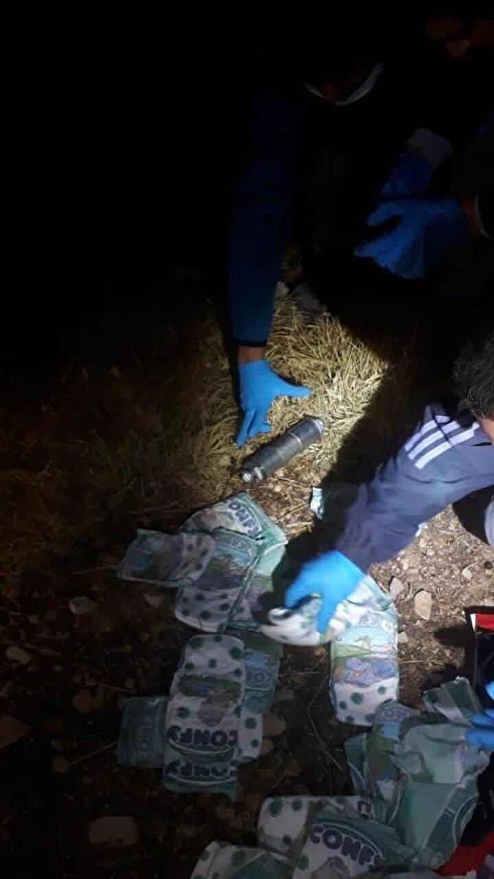 Teröristlerin yanlarında bulunan özel düzenekli çantada arama yapan Mardin polisi, bebek katillerinin eylem için getirdikleri boru tipi bombaları bebek bezleri arasına sakladıklarını ortaya çıkardı.