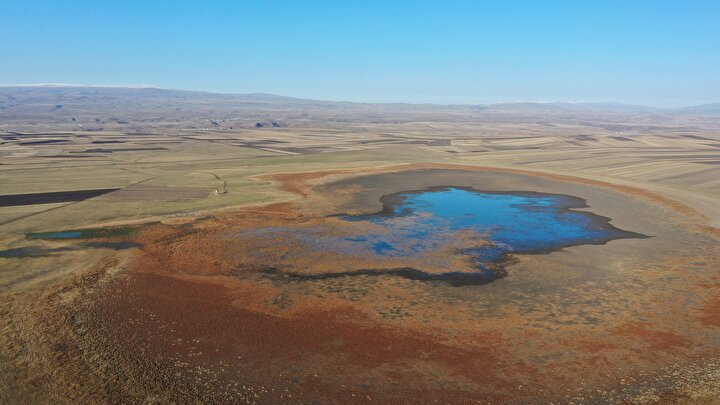 Bu yıl 5 Eylülden itibaren yağmur suyu alamayan Kuyucuk Gölündeki su seviyesinin, can suyu sağlayan pompanın da arızalanması nedeniyle 5 Ekimde yüzde 5e kadar düştüğünü dile getiren Gök, şunları kaydetti: