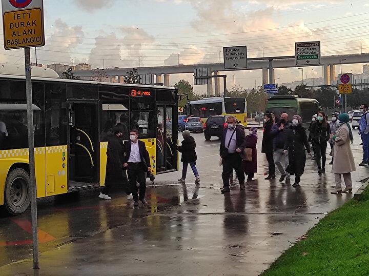İstanbulda sabah işe gidiş saatlerinde toplu taşıma araçları ve duraklarında yoğunluk yaşandı.