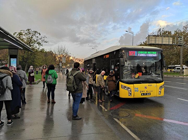 Kartalda toplu taşımayı kullanmak için durakta bekleyen bazı yolcuların maske taktıkları bazılarının da maskeleri çene altında oldukları görüldü.
