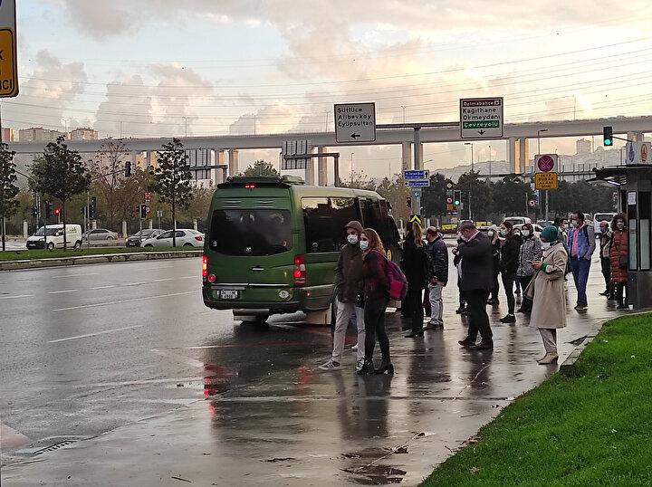 Kadıköyde vatandaşların mesafeyi korumadan araçlara bindiği ve otobüs kapılarında yoğunluk oluşturduğu gözlendi.