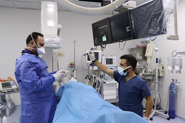 Kebap diyarı olarak da bilinen Şanlıurfanın Haliliye ilçesindeki devlet hastanesinde görev yapan Kardiyoloji Uzmanı Dr. Bedri Caner Kaya, kebap ve yağlı yemeklerin kolesterolü yükselttiğini, bunun da kalp sağlığı açısından ciddi risk oluşturduğunu söyledi.
