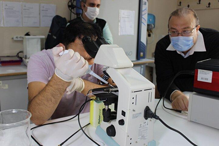 """Dünya genelinde bu alanda çalışmaların devam ettiğini aktaran Dr. Öğr. Üyesi Alper Şişman, """"Bazı uygulamalarda bizimkine benzer mikroçipler de kullanılıyor ama bizim kullanacağız alanda dünya genelinde kullanılan mikroçip yok. O yüzden fikri mülkiyeti hakları için girişimlerde bulunuyoruz"""" dedi. Çalışmayı yürüten ekibin başında bulunan İstanbul Gelişim Üniversitesi'nden Biyoteknolojist Abbas Ali Husseini ise, """"RNA izolasyonunda kullanılacak akustik tabanlı mikroçip üretmeyi planlıyoruz. Kimya, elektrik, elektronik, biyoloji gibi farklı alanlardan uzman kişilerle çalışıyoruz. Maya ve hayvandan aldığımız kan hücresiyle deney çalışmalarımızı yapıyoruz. Bugün yapacağımız deneyle mikroçipin ses dalgalarıyla hücreleri parçalanmasındaki etkinliğine bakacağız"""" diye konuştu."""