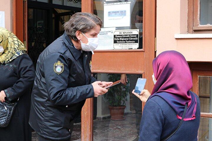 Mart ayından bu yana Eskişehirde 300 kişinin koronavirüs nedeniyle hayatını kaybettiği, pozitif vaka olarak evde 7 bin 800 kadar kişi, üç hastanede ise 800 kadar koronavirüs hastasının tedavisinin sürdüğü öğrenildi. Koronavirüs nedeniyle hastanede tedavi olan hastalardan 186'sının yoğun bakımda, 44'ünün ise entübe olarak tedavi gördüğü belirtildi. Eskişehir'deki koronavirüs vakalarındaki artışı Sağlık Bakanlığının HES mobil uygulamasına da yansıyor. Eskişehir'in risk haritasında kent neredeyse tamamında yüksek risk anlamına gelen kırmızı renge boyandı.