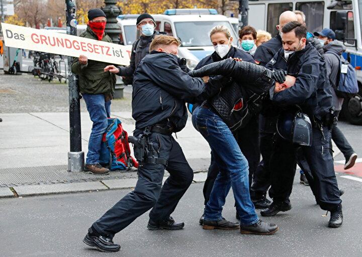 Almanyada koronavirüse karşı hükümetin uygulamaya koyduğu kısıtlamalarla ilgili olarak Enfeksiyona Karşı Koruma Yasasında değişiklik planları, önlemlerin anti-demokratik olduğunu savununanlar tarafından protesto ediliyor.