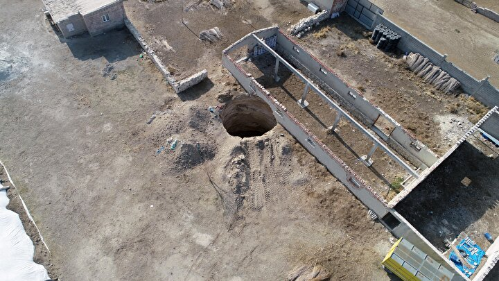 Geçen yıl yaylada 7 metre çapında, 13 metre derinliğinde obruk meydana geldi. Obruk, kardeşlerden Mustafa Acara evin 20 metre yakınındaki ağılın da zarar görmesine neden oldu.