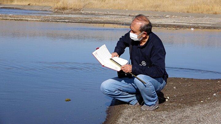 Coşar, Böylelikle İnci kefali balığının hangi derecede göçe başladığını tespit ediyoruz. Eğer mevsim soğuk geçerse balıklar geç gelmeye başlıyor. Ben de suyun sıcaklığını, debisini, hava sıcaklığını, balıkların olup olmadığını defterime not edip hocalarıma gönderiyorum. Daha önce Prof. Dr. Mustafa Sarı hocama bu bilgileri not edip, gönderiyordum. Şimdi, YYÜ Su Ürünleri Fakültesi Öğretim Üyesi Dr. Mustafa Akkuş hocama gönderiyorum. Mustafa hocam durum tespiti yapıp, ekibiyle birlikte gelerek, burada suyun sıcaklığını teyit ediyor. Balık göçünün başlamasına bir ay kala nisan ayının ortasında periyodik olarak başladığım ölçümleri sabah ve akşam olmak üzere 2 defa yapıyorum dedi.