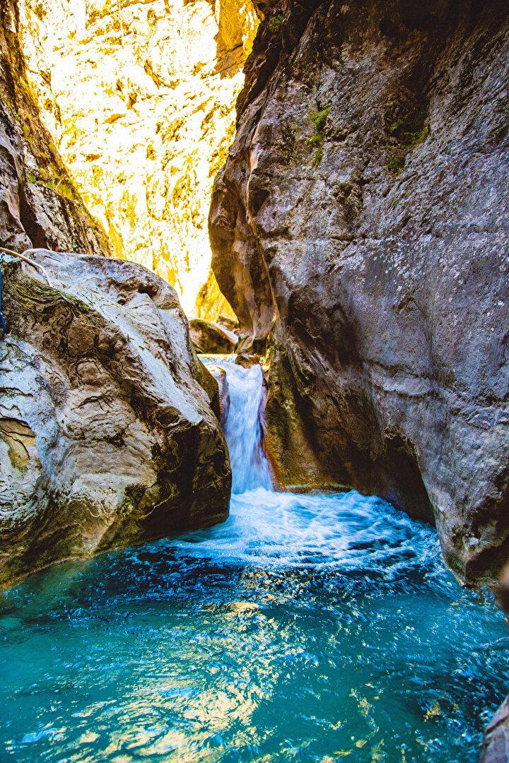 Kimi bölgelerde birikintiler oluşturan su, masmavi görünümüyle eşsiz bir güzellik sunuyor. 40 yıl önce bölgede yaşayan bir kişinin kanyondan düşerek ölmesinin ardından, mahalle halkı ya kendilerinin ya da hayvanlarının düşmesinden korkarak yaklaşmaya çekindiği kanyon bu zamana kadar gizli kalarak bu doğal güzelliğini korudu.