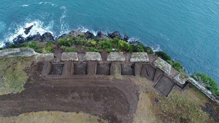 Çalışmalarda 19. yüzyılda revize edilmiş olan denize açılan 6 adet mazgal özgün dokunuşla birlikte açığa çıkarılırken, kaledeki kulelerin meydana çıktığı çalışmalarda bir adet sağlam vaziyette pitoz çıkarıldı. Kazı çalışmalarının son bölümünde ise narteks ve naos bölümünden oluşan tek nefli kilise açığa çıktı. Kilisenin zemininin kripto olarak kullanıldığı tespit edilirken, kalede çok sayıda mezar tespit edildi.