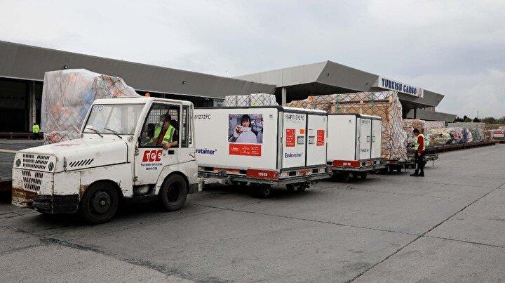 Turkish Cargo, İstanbul Havalimanı'nda (IST) bulunan 340 bin metre kare alana sahip yeni mega tesisi SmartIST'te sahip olacağı sertifikalı özel operasyon alanlarıyla birlikte ilaç taşımalarında yüksek standartlar sağlamaya hazırlanıyor. Yıllık 4 milyon tondan fazla kargo elleçleme kapasiteli olan SmartIST'te; özel kargolar için tahsis edilmiş Kabul, teslimat ve operasyon alanı, sıcaklık kontrollü birim yükleme üniteleri (ULD), diğer yüklerden izole edilmiş 2100 metrekare operasyon alanı, web tabanlı sıcaklık ve nem izleme sistemleri bulunacak. Dünyanın en geniş direkt kargo uçağı ağına sahip hava kargo markası olan Turkish Cargo, 95'i direkt kargo olan 300'den fazla destinasyona ulaşıyor ve 365 uçaktan oluşan filosuyla birlikte, global ağında yer alan müşterilerine 7/24 hizmet sağlamaya devam EDİYOR. Şirket 2023 yılında dünyanın ilk beş hava kargo markası arasında yer almayı hedefliyor