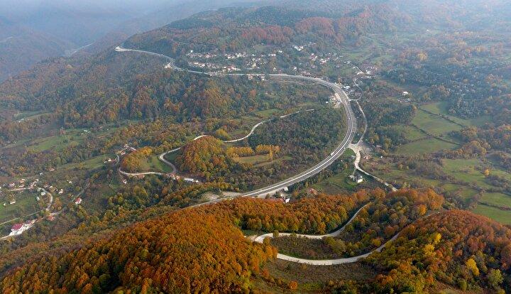 Özellikle kış aylarında dik rampalarıyla sürücülerin adeta korkulu rüyası olan, Batı Karadenizdeki sahil kentlerine ulaşımın sağlandığı D-655 Batı Karadeniz Bağlantı Yolunun Akçakoca mevkisi de sonbahar renkleriyle kartpostallık manzaralar sunuyor.