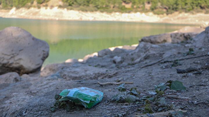 Suyun çekilmesiyle birlikte, plastik şişelerden otomobil jantına kadar birçok atık ortaya çıktı.