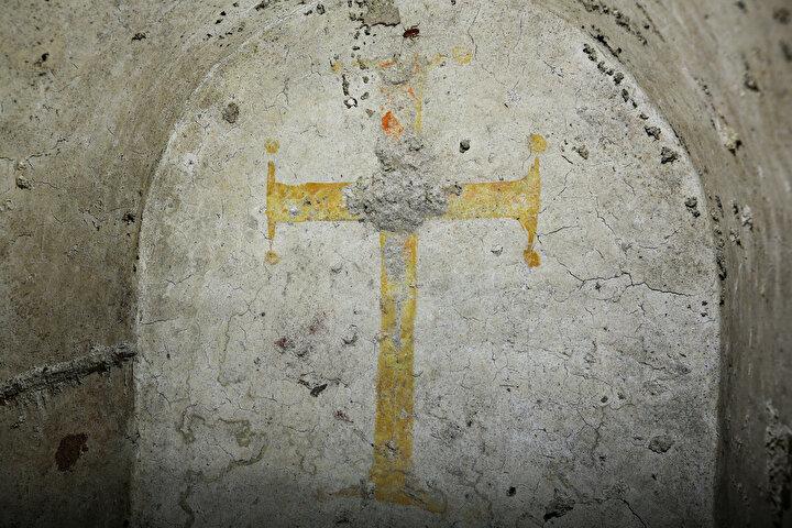 Sarışın, Mabedin tabanına inen bir tünelde dönemin Hristiyan papazlarına ait mezar var. Buraya merdivenlerle iniliyor. Maalesef bu mezarlar da bir dönem define avcıları tarafından kaçak kazı yapılarak tahrip edilmiş. dedi.
