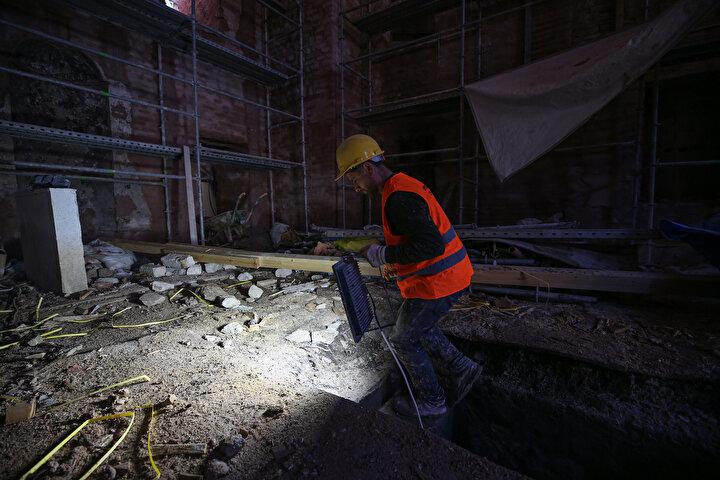 Zemininde papaz mezarı bulunuyor Erhan Sarışın, caminin duvar kalıntılarında tuğla işçiliklerinin Bizans ile Osmanlı dönemindeki taş duvar işçiliği özelliklerini taşıdığını dile getirdi.