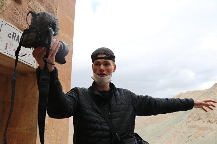 İstanbulun ardından turuna otobüsle devam eden Adams, UNESCOnun Dünya Mirası Listesinde yer alan Göreme Açık Hava Müzesi ve doğal güzellikleriyle ünlü Kapadokyaya geçti.